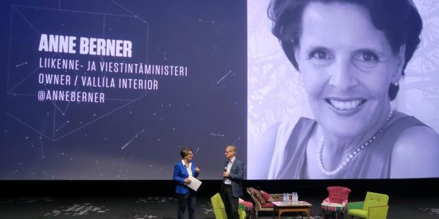 IBM:n Haukkovaara jututtaa ministeri Berneriä.