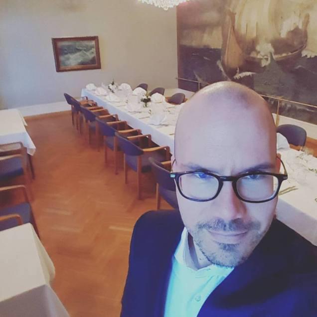 Valmistautumassa Porin Seudun Ekonomien aikaisempien puheenjohtajien illalliseen.